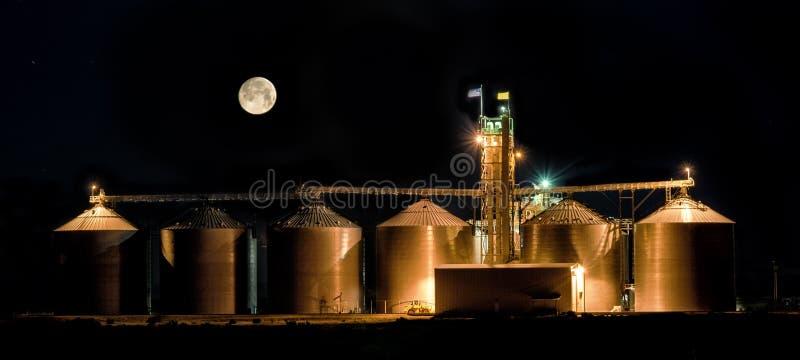 Volle maan bij nacht over korrelsilo's royalty-vrije stock afbeeldingen