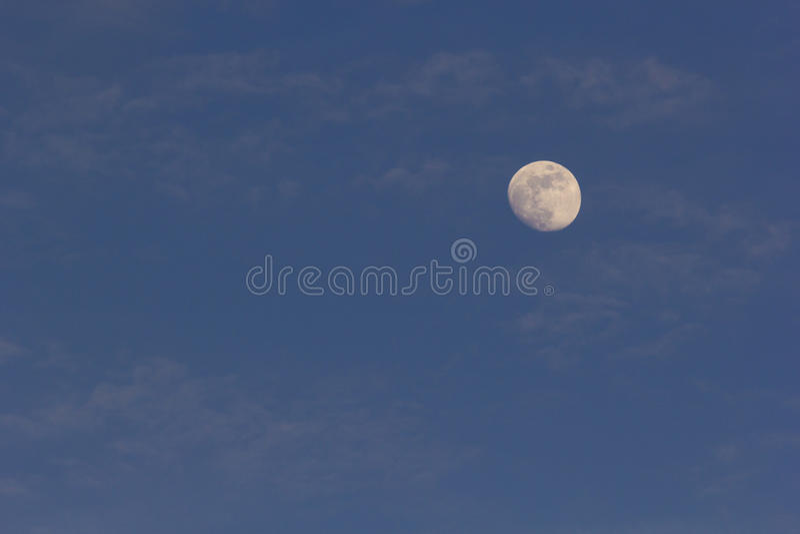 Volle maan bijna tijdens moonrise stock foto