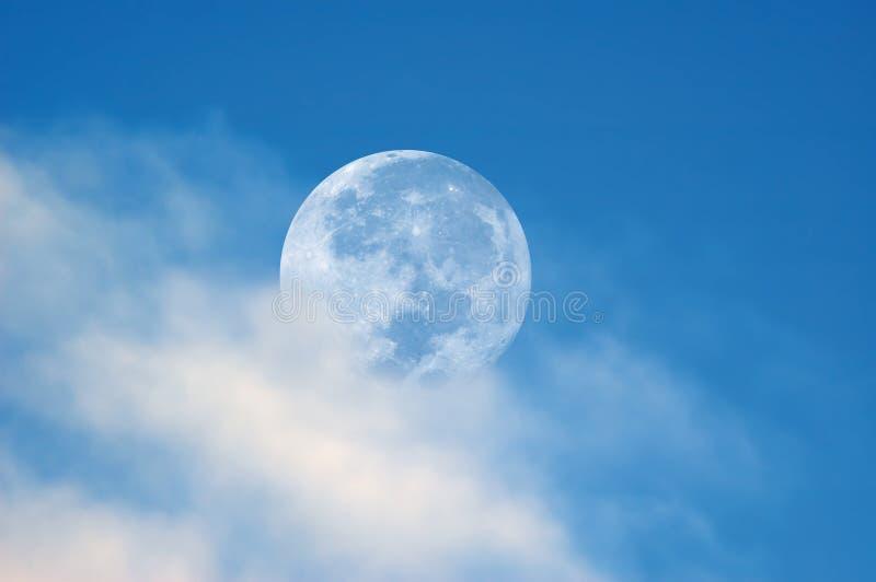 Volle maan in daglicht stock afbeeldingen