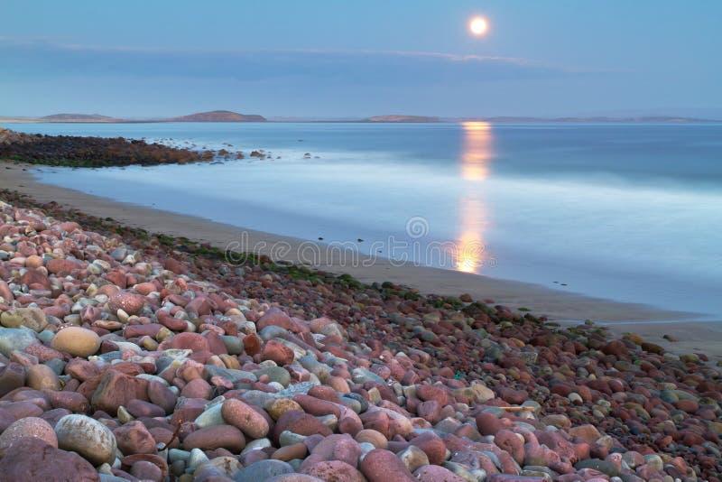 Volle maan in de Atlantische Oceaan stock afbeelding