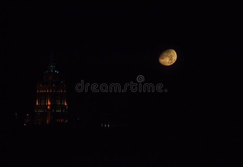 Volle maan in de stad In de was zettende halve maan en de bouw De stad van de nacht royalty-vrije stock foto's