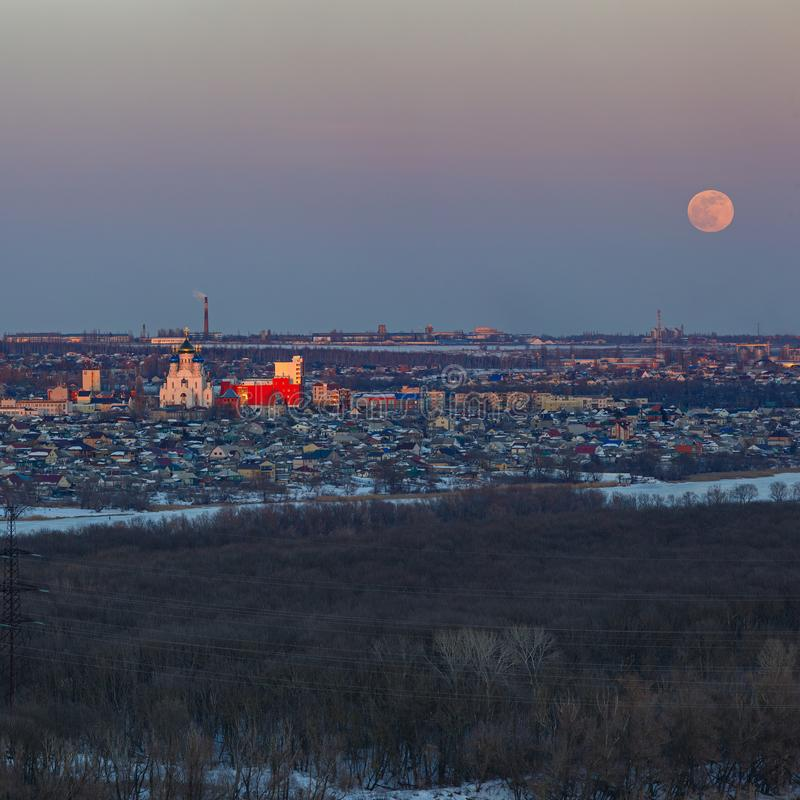 Volle maan die over de stad toenemen Zonsondergangtijd in de schemeringhemel Mening van de Orthodoxe Kerk royalty-vrije stock foto's