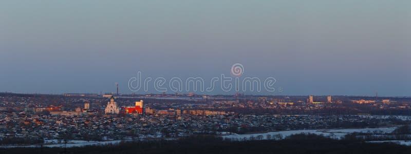 Volle maan die over de stad toenemen Zonsondergangtijd in de schemeringhemel Panorama van de Orthodoxe Kerk royalty-vrije stock afbeeldingen