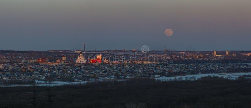 Volle maan die over de stad toenemen Zonsondergangtijd in de schemeringhemel Panorama van de Orthodoxe Kerk stock afbeeldingen