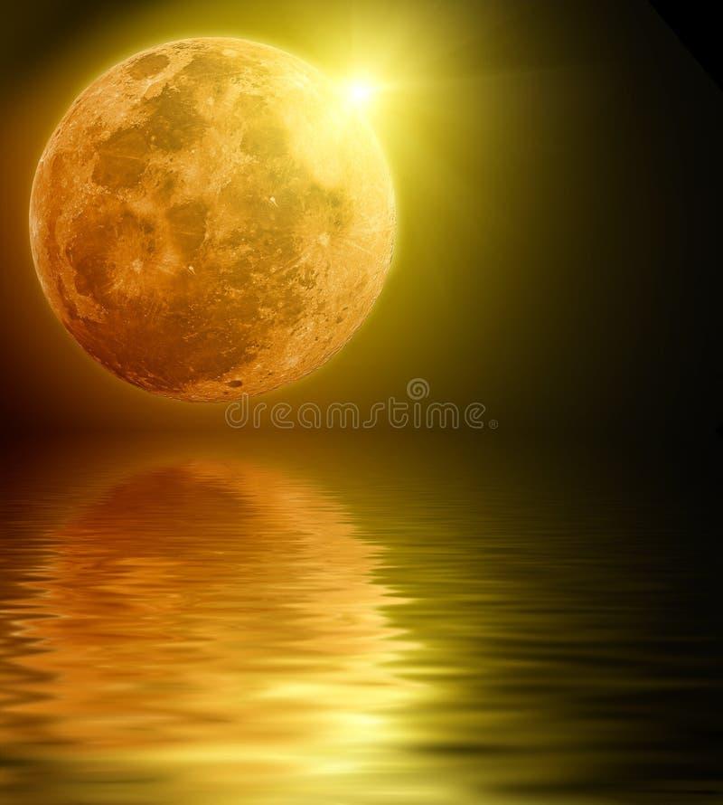 Volle maan die in water wordt weerspiegeld royalty-vrije stock fotografie