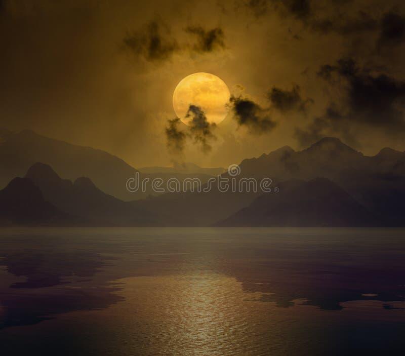 Volle maan in donkere nachthemel met bezinning in water vector illustratie