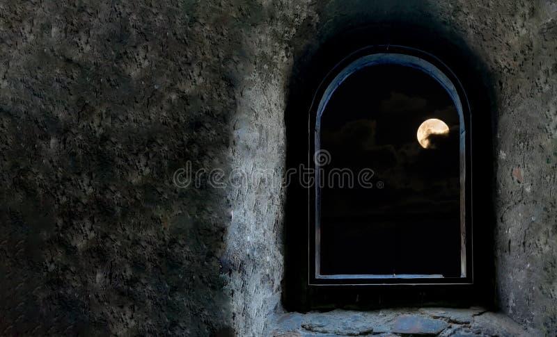 Volle maan door wolken v??r de verduistering wordt omringd die royalty-vrije stock fotografie