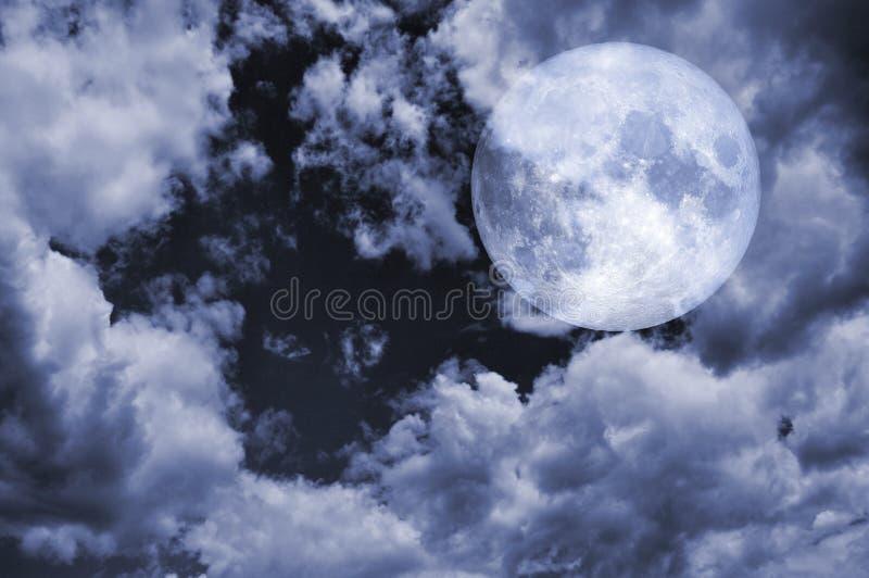 Volle maan en bewolkte hemel bij nachtelementen van dit die beeld door NASA wordt geleverd stock foto