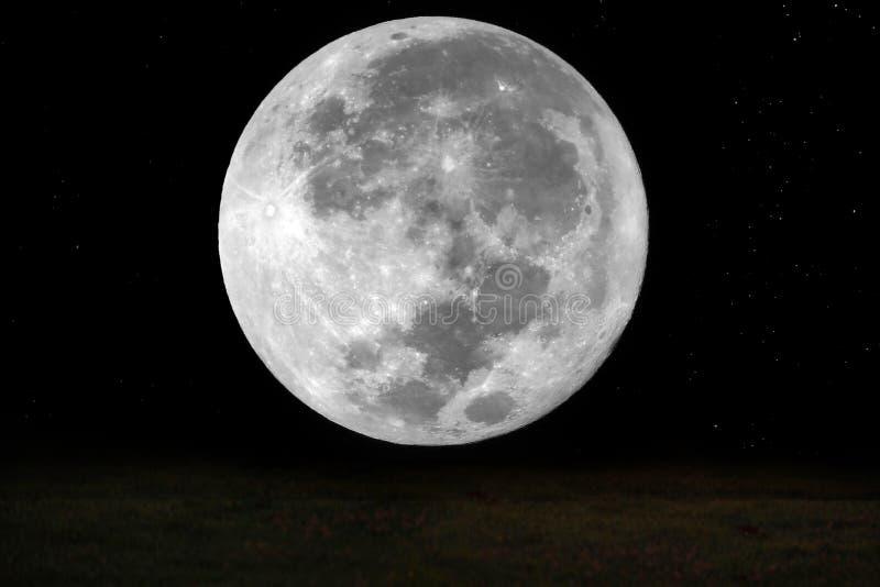 Volle maan en ster in de hemel en aarde bij nacht stock foto