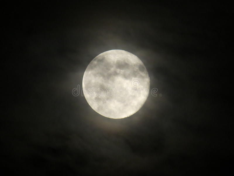 Volle maan in Humeurige Nachthemel stock foto's
