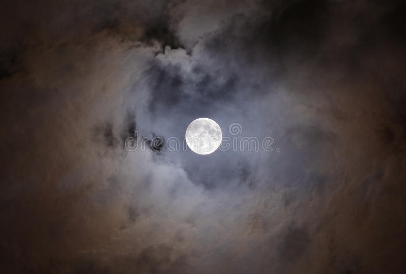 Volle maan met wolken royalty-vrije stock foto