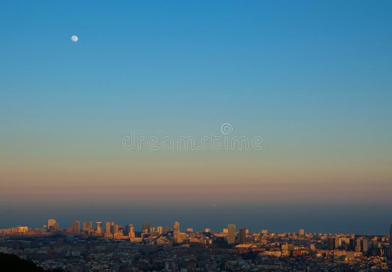 Volle maan onder cityscape van Barcelona stock foto's