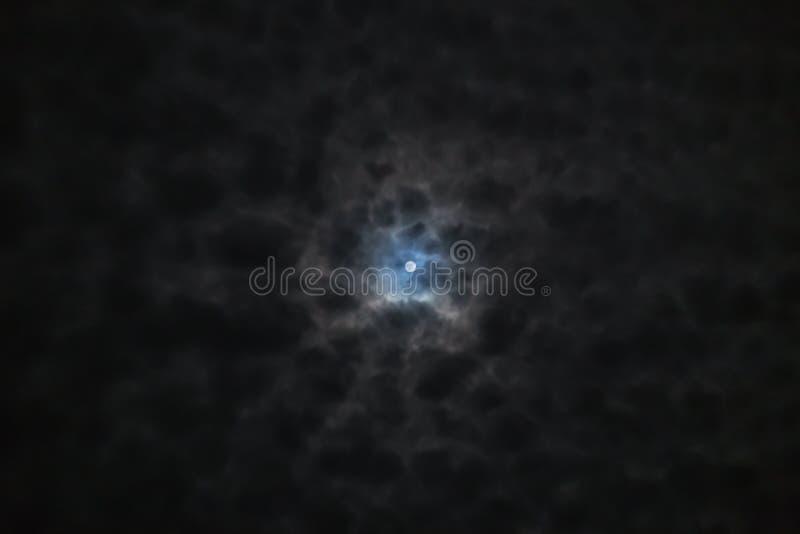 Volle maan in onweerswolken stock afbeelding