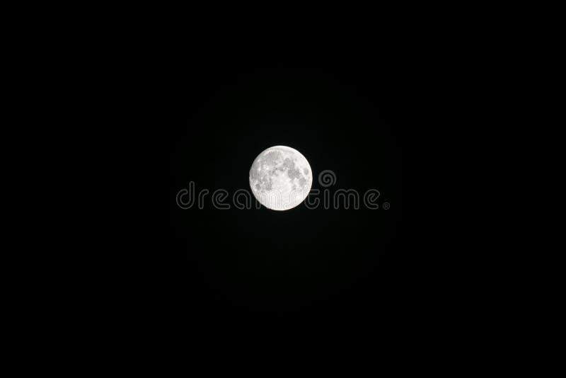 Volle maan op de donkere nacht stock foto's