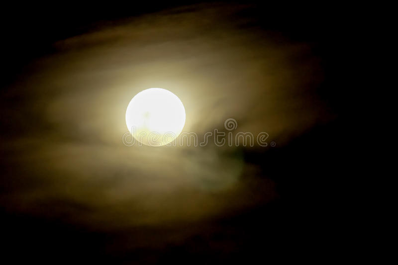 Volle maan op donkere hemel met mist stock foto