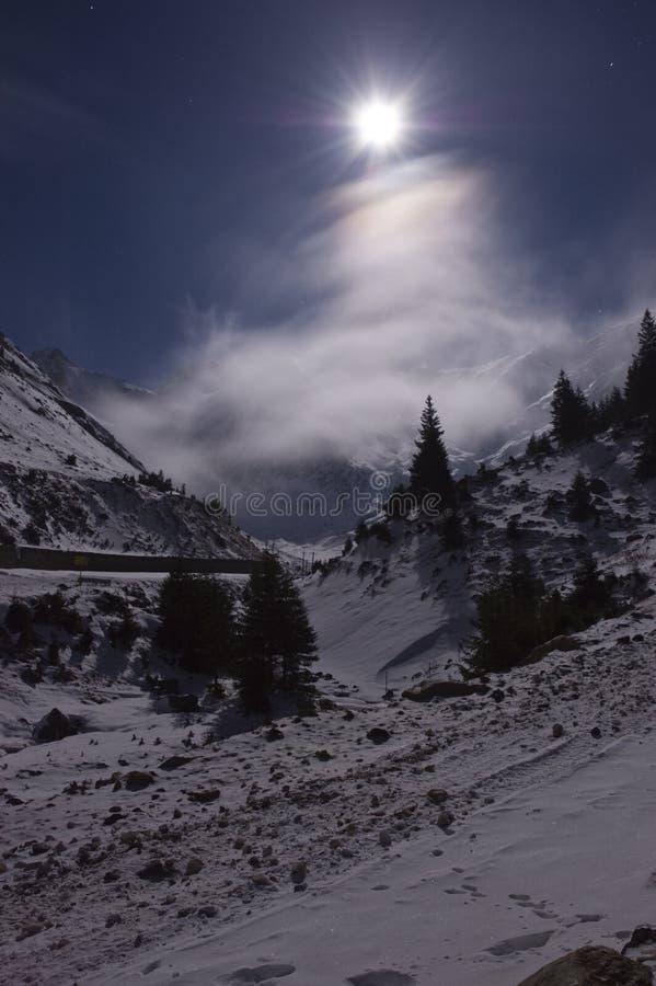 Volle maan over de bergen stock foto's