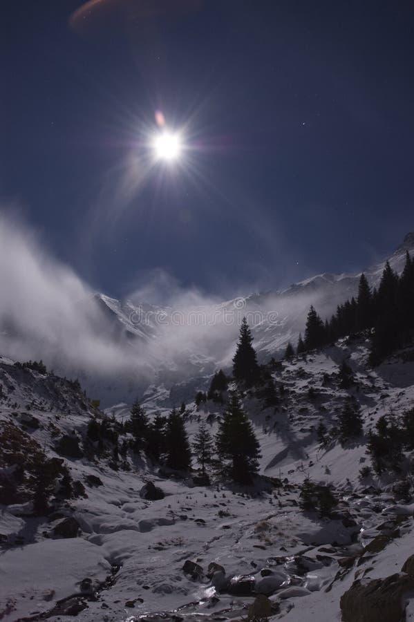 Volle maan over de bergen royalty-vrije stock foto's