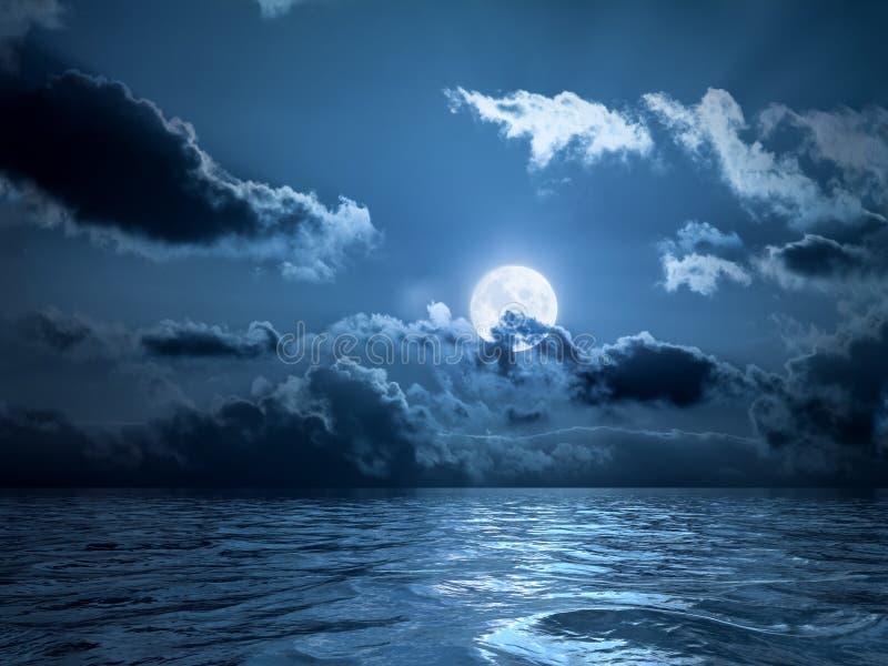 Volle maan over de Oceaan stock foto