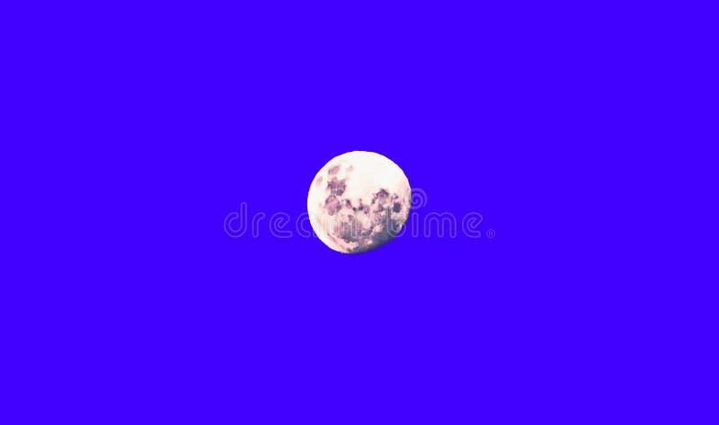 Volle maan over de overzeese horizon en de bergen stock fotografie