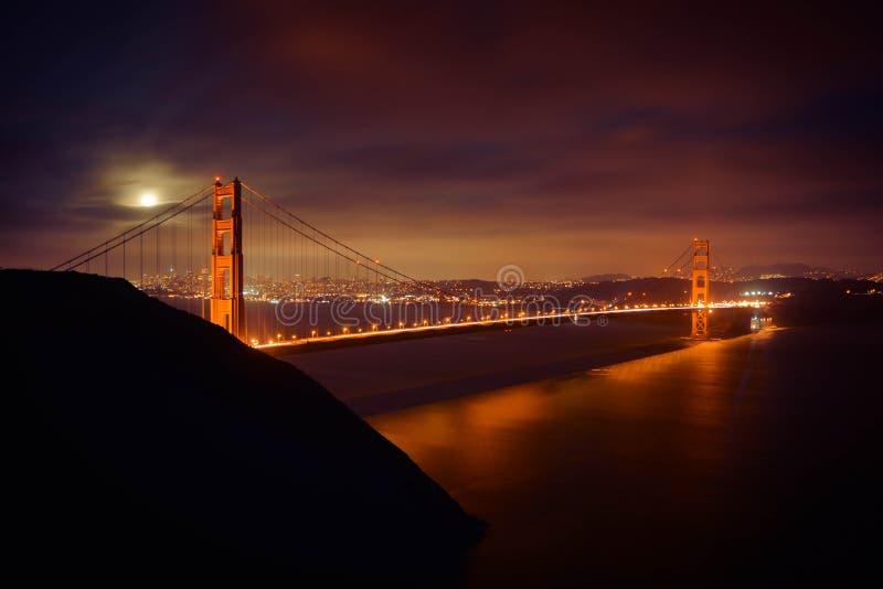 Volle maan over het Golden Gate stock fotografie