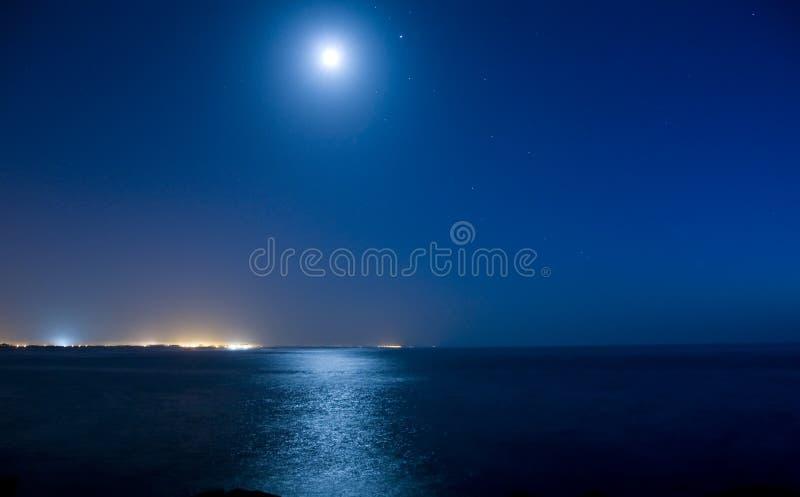 Volle maan over oceaan royalty-vrije stock fotografie