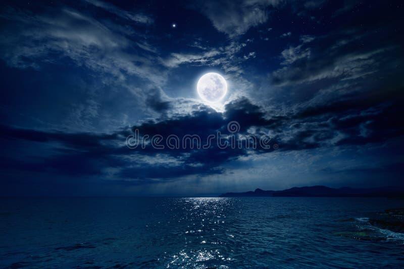 Volle maan over overzees stock afbeelding