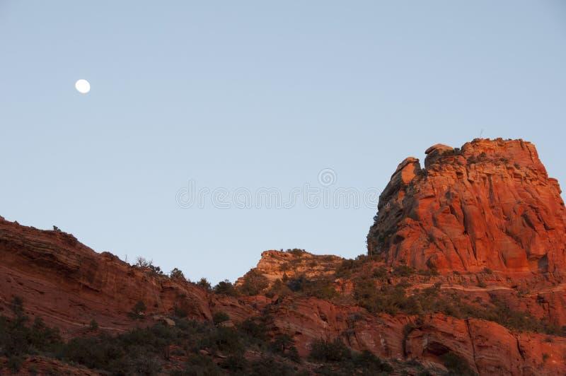 Volle maan over rode rotsensedona az stock afbeeldingen