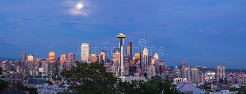 Volle maan over Seattle Washington Skyline Panorama stock afbeeldingen