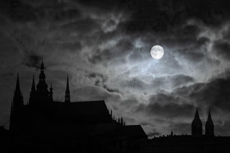 Volle maan over Transilvania stock fotografie