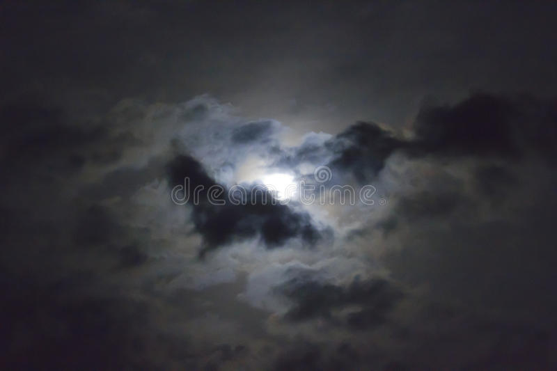 Volle maan in Wolk royalty-vrije stock foto's