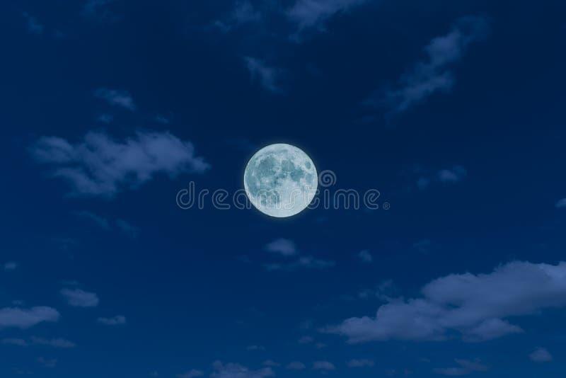 Volle maan, wolken en hemel met in de nacht stock foto