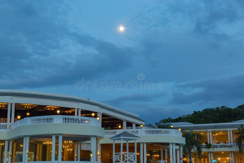Volle maan zoals die over de blauwe lagune bij Groot Palladium bij nacht wordt gezien royalty-vrije stock afbeelding