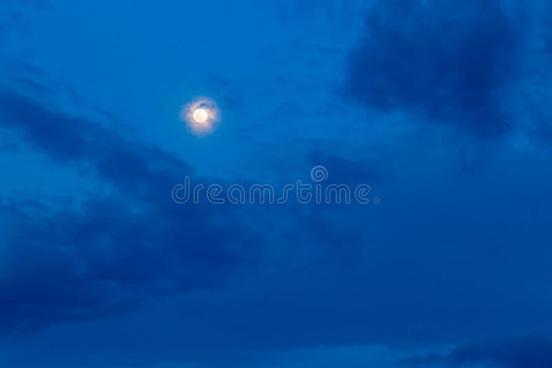 Volle maan zoals die over Groot Palladium bij nacht wordt gezien stock afbeelding