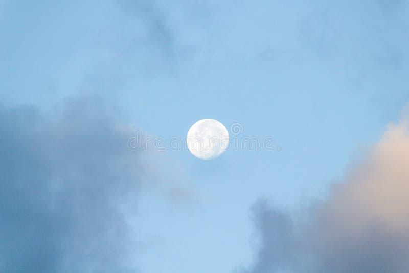 Volle maantrog de wolken stock afbeeldingen