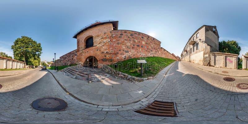 Volle nahtlose 360 Grad Winkelsichtpanorama nahe Bastion von dekorativem mittelalterlichem der Stadtmauer lizenzfreies stockbild