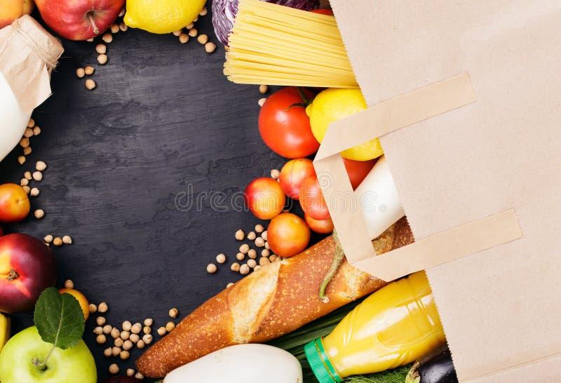 Volle Papiertüte mit unterschiedlichem hilfreichem Lebensmittel lizenzfreie stockfotografie