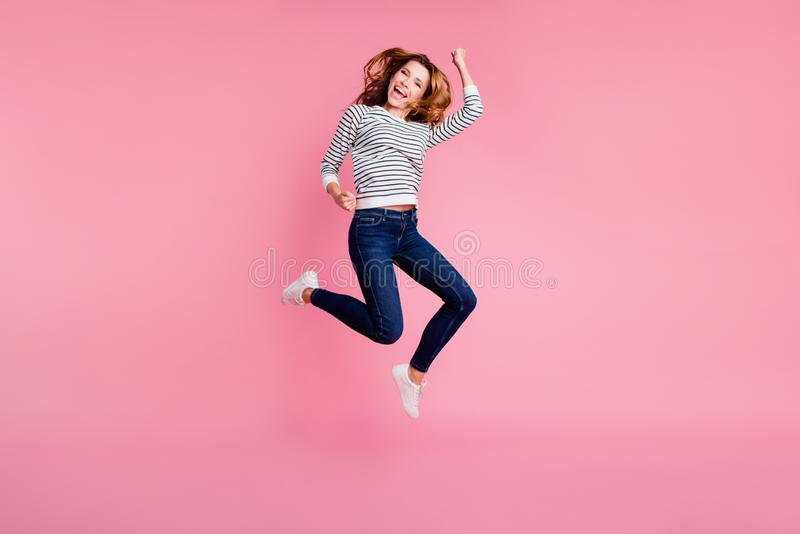 Volle positive mädchenhafte Dame der Beinkörpergröße mit ihrer modischen Brünette stockbilder