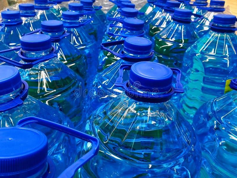 Volle Wasserflaschen für Verkauf stockfotografie