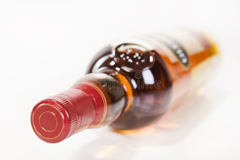 Volle Whiskyflasche lizenzfreie stockbilder