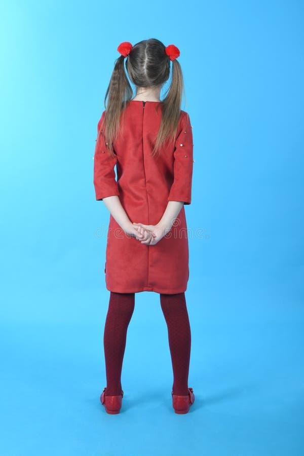 Volledig de fotomeisje die van de lengtestudio rode kleding status dragen royalty-vrije stock foto