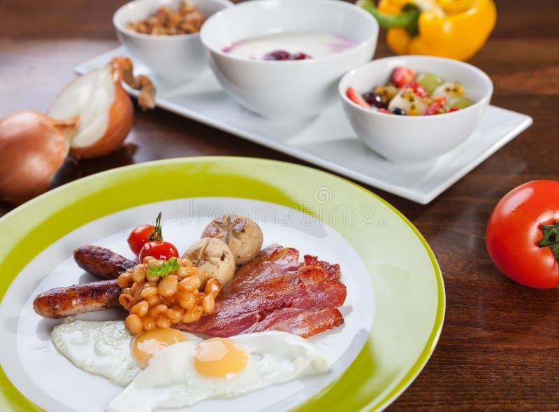 Volledig Engels ontbijt met kwartelseieren stock foto