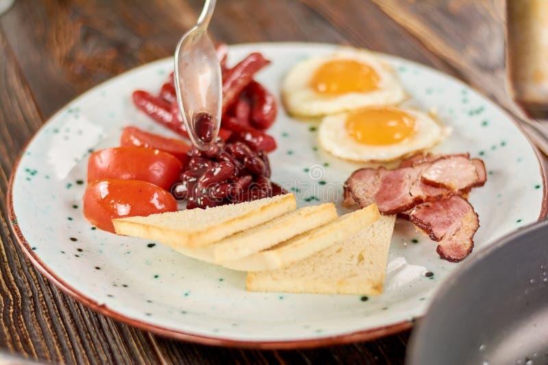 Volledig Engels ontbijt op plaat stock afbeeldingen