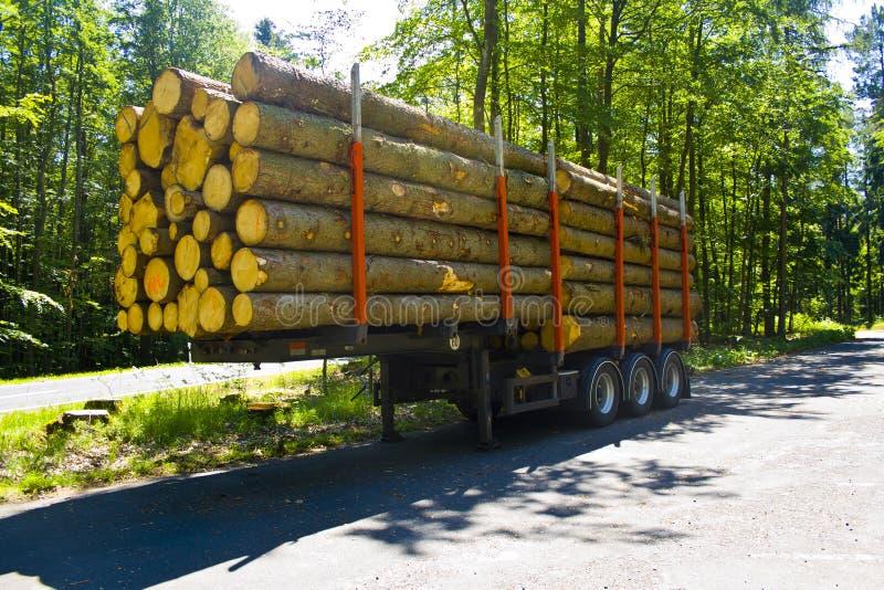 Volledig geladen vrachtwagenaanhangwagen met houten pallets zonder vrachtwagen in een parkeerterrein stock foto's