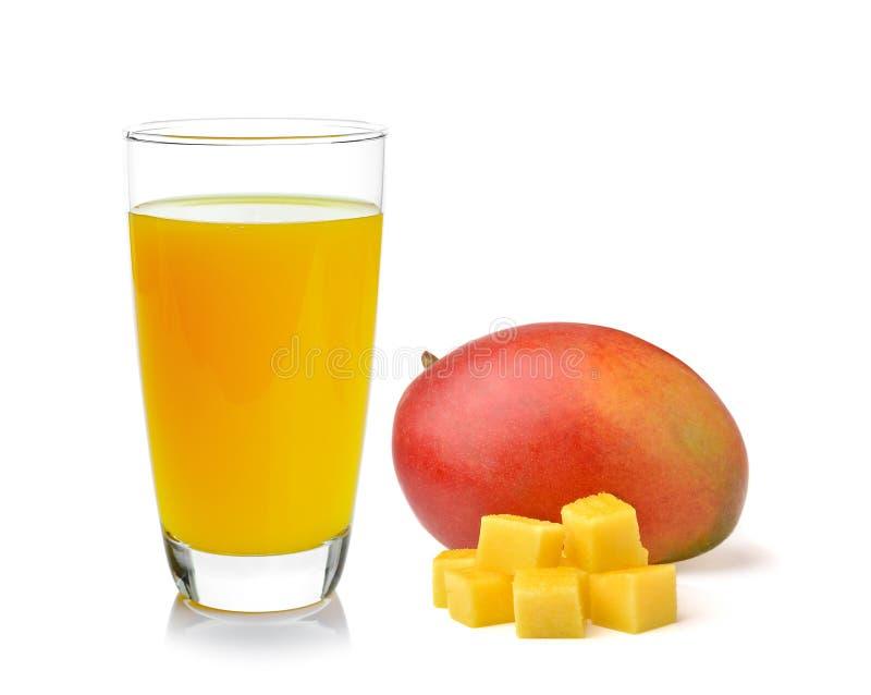 Volledig glas van Mangosap en mango op witte achtergrond stock fotografie