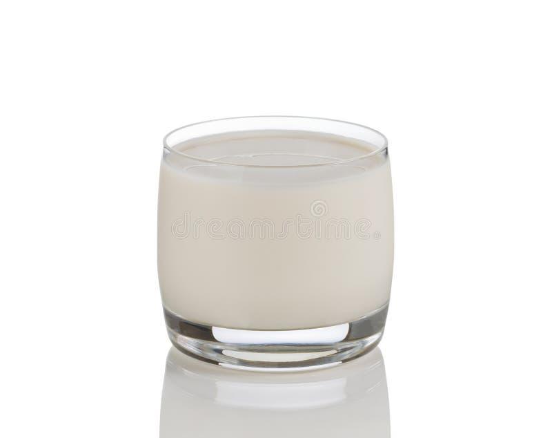 Volledig glas verse melk op wit met bezinning stock fotografie