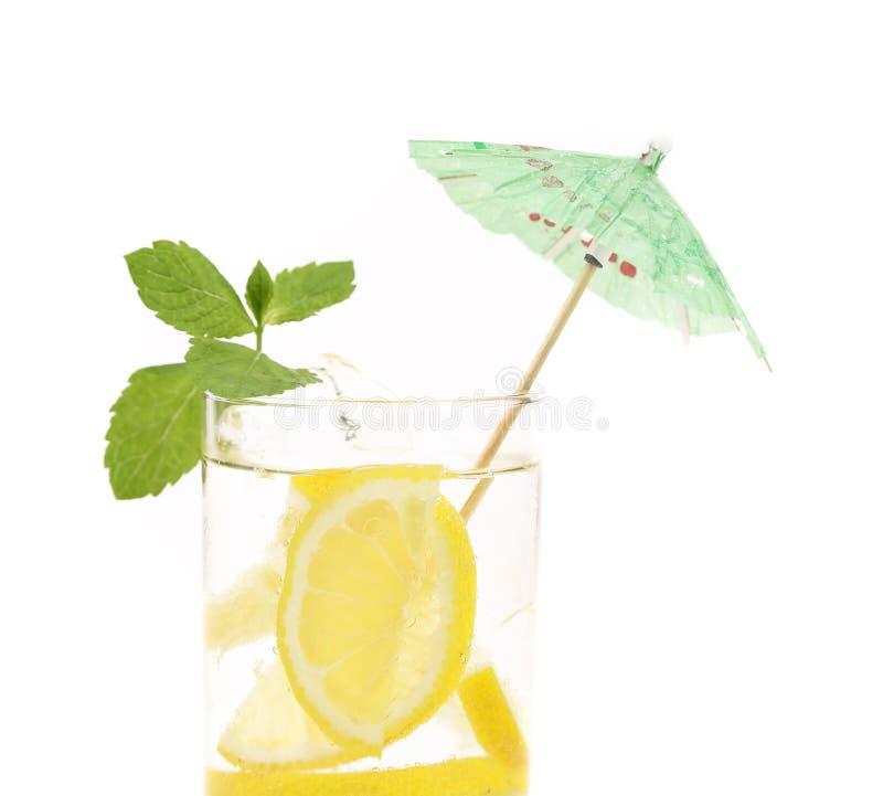 Volledig glas water met citroen en munt stock foto's