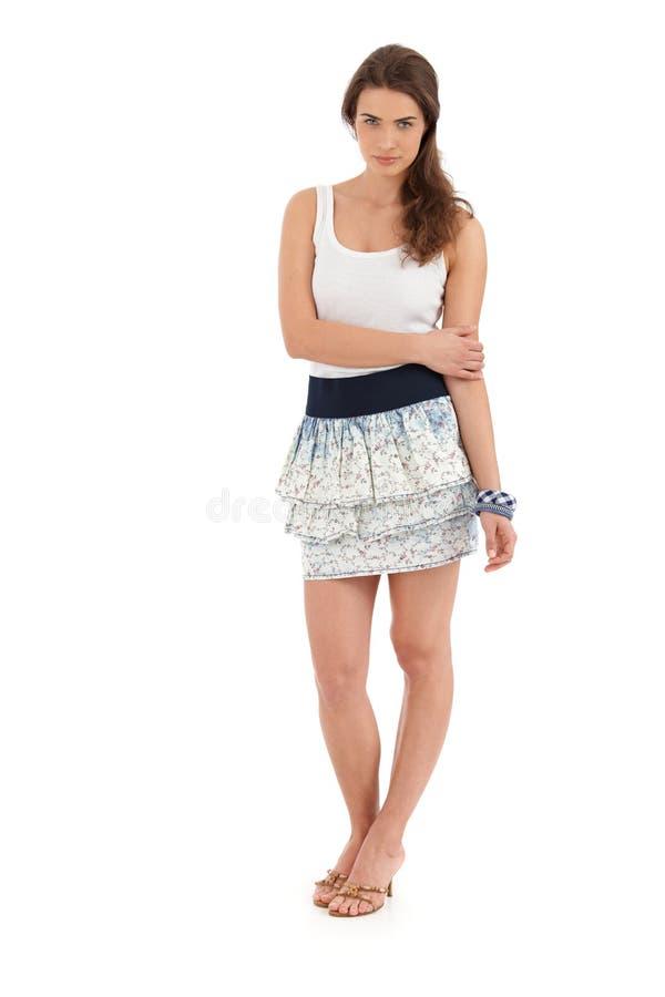 Volledig - grootteportret van jonge vrouw in de zomeruitrusting royalty-vrije stock afbeelding