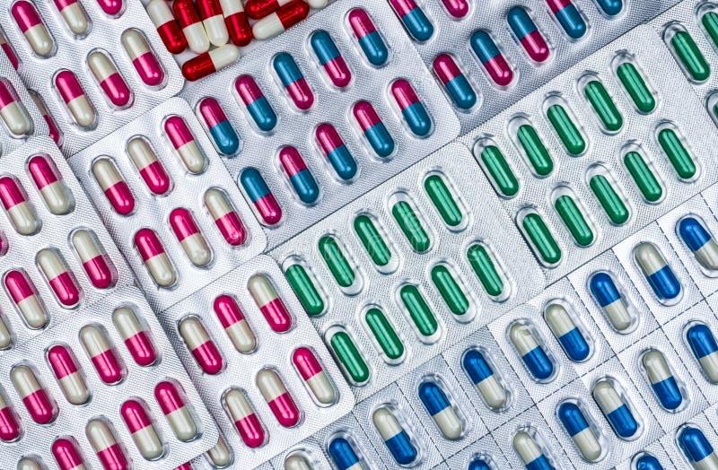 Volledig kader van antibiotische capsulepillen in blaarpak Farmaceutische verpakking Geneeskunde voor infectieziekte stock foto