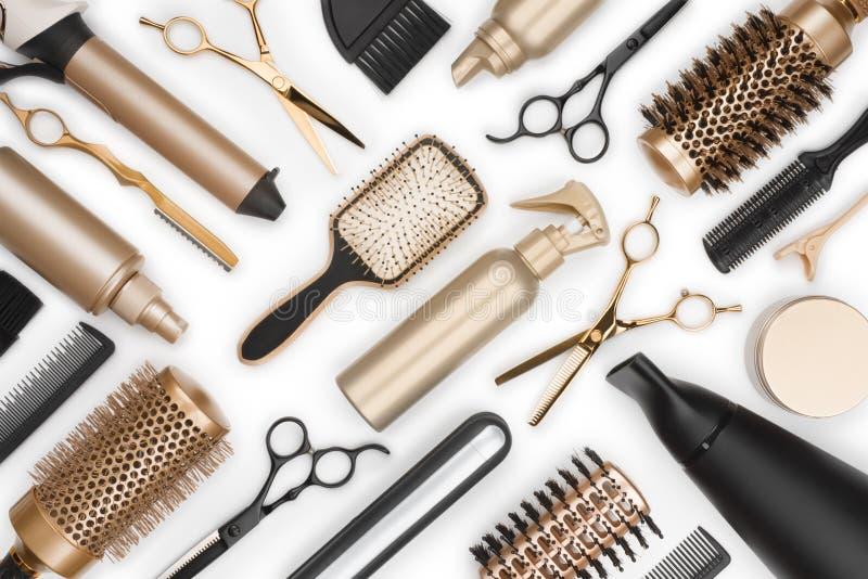 Volledig kader van de professionele hulpmiddelen van de haaropmaker op witte achtergrond stock afbeelding