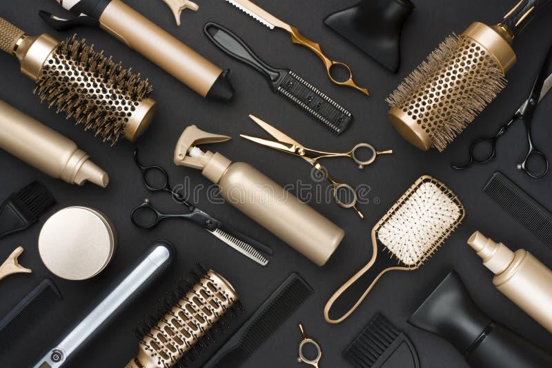 Volledig kader van de professionele hulpmiddelen van de haaropmaker op zwarte achtergrond royalty-vrije stock foto's